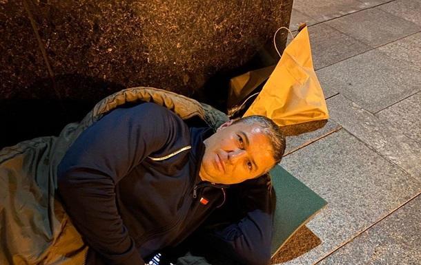 Мэр Умани приехал под офис Зеленского со спальным мешком, чтобы не допустить приезд хасидов в Умань