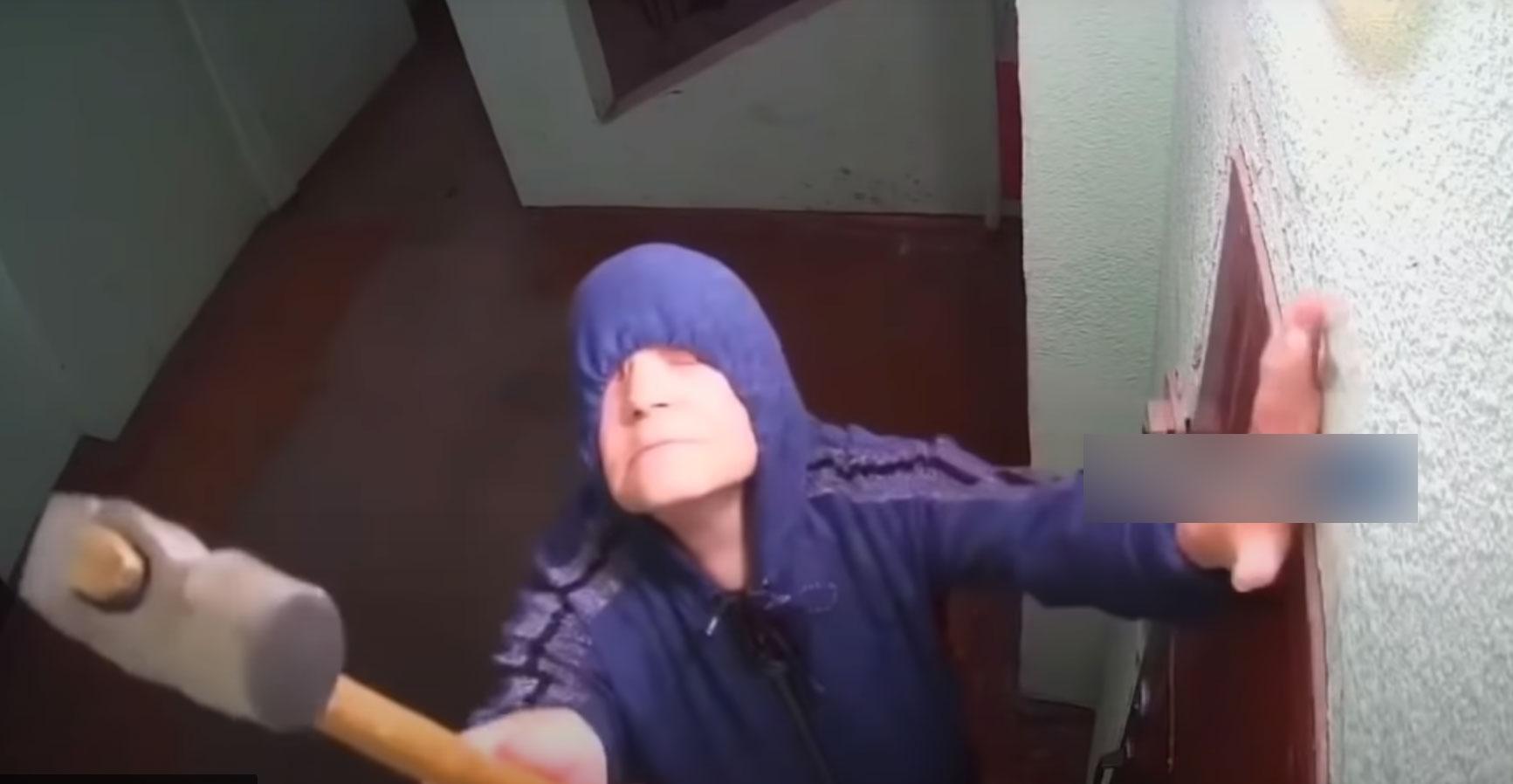 «За мною стежать», — у Харкові пенсіонерка молотком б'є камери (ВІДЕО)