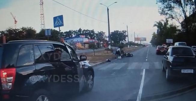 «Натовп жадав самосуду»: мотоцикліст збив на переході жінку із двома дітьми. Відео ДТП