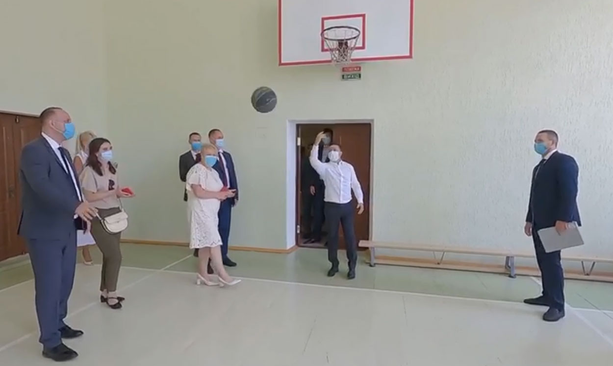 Зеленський у Миколаєві закинув м'яч у кільце та зірвав шквал аплодисментів