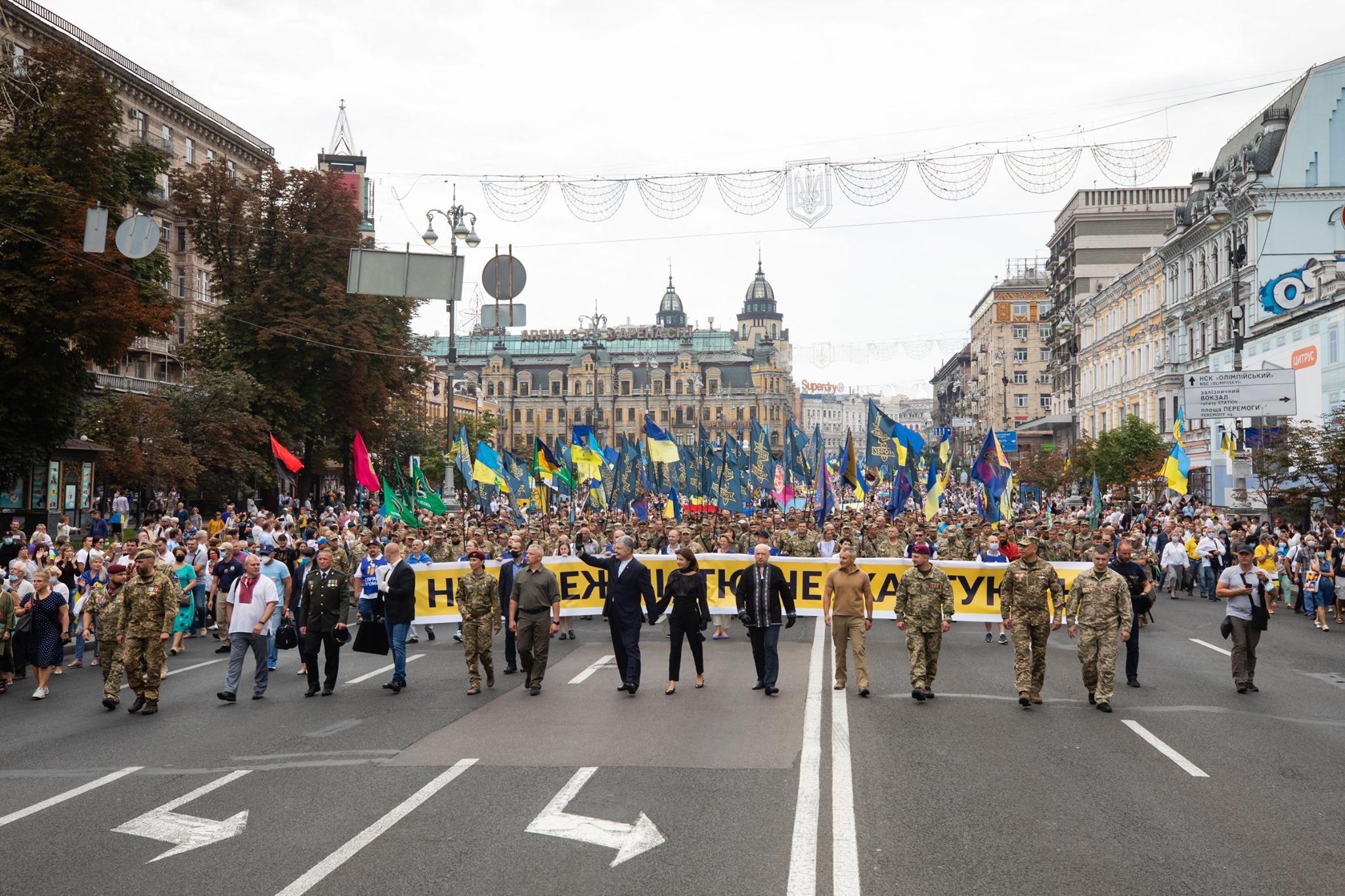 Порошенко: «Тисячи людей пішли не на офіційне шапіто, а на велелюдний марш справжніх захисників Вітчизни»