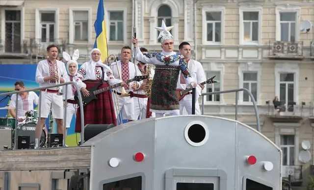 Возле вагона Сердючки ему комфортнее: Порошенко пообещал заставить Зеленского провести военный парад