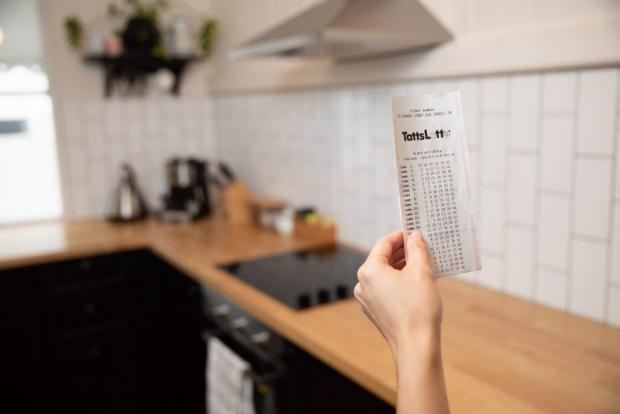Чоловік вирішив заощадити і подарував дружині лотерейний квиток — хто ж знав, що він змінить їхнє життя