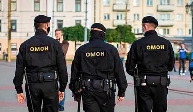 «Из машины, бл*дь! Рот закрой, с*ка!»: Видео нападения ОМОНа на машину с ребенком в Беларуси
