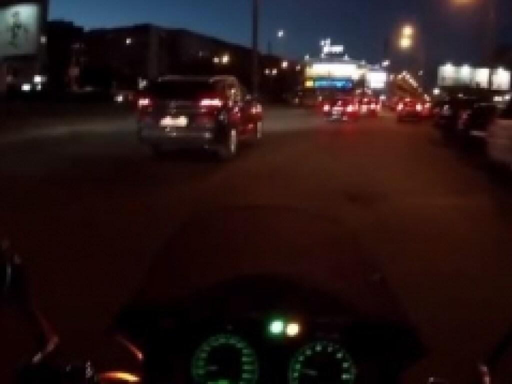 На Минском массиве в Киеве ребенок устроил опасные игры на оживленной дороге (ВИДЕО)