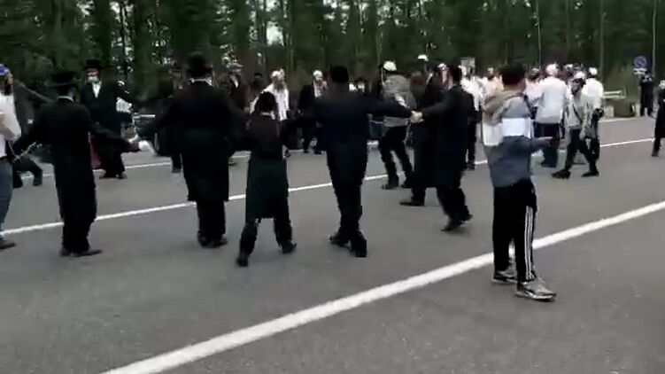 Появилось видео, как на границе Беларуси хасиды танцуют и поют песни перед украинскими нацгвардейцами