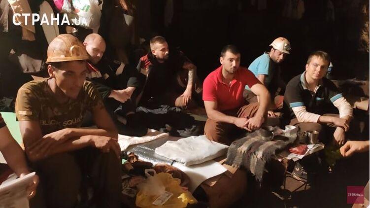 «Раньше получал $1250, сейчас $300»: из разговора с бастующими шахтерами на родине Зеленского