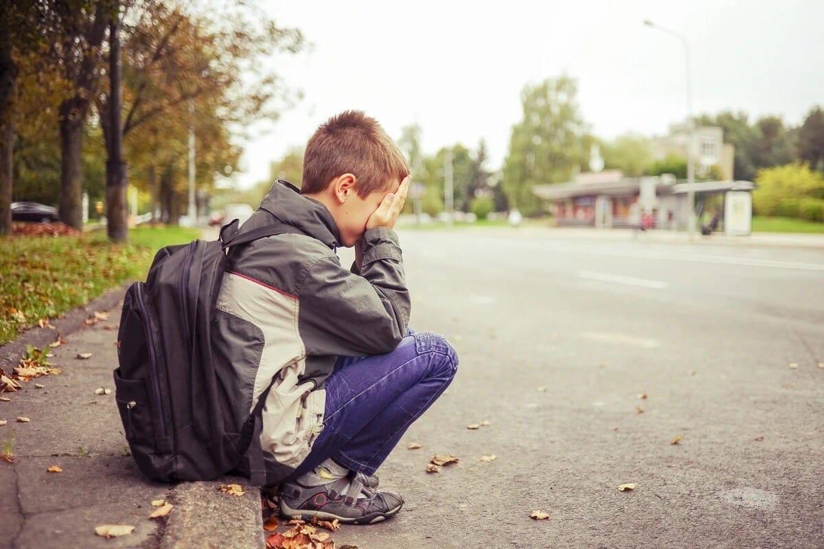 «Заплаканный 12-ти летний пацан стоит на остановке, вокруг полно людей…» О человеческом равнодушии