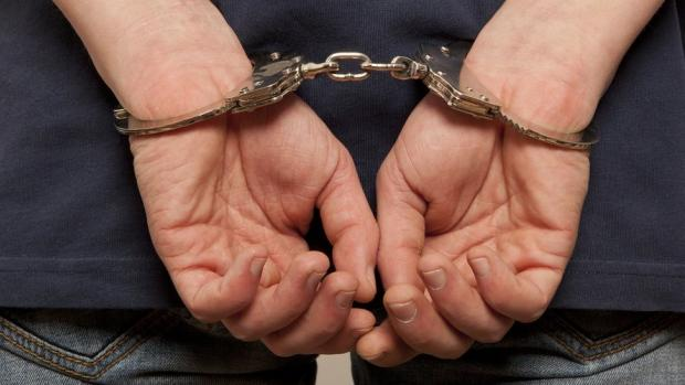Мусора повертаються: У Дніпрі патрульний вчинив садuстські дії щодо рядового затриманого — робив «ластівку» людині у кайданках