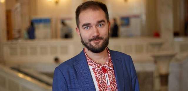 Скандал со взятками в «Слуге»: сколько доплачивают в конверте и как голосовали с Юрченко