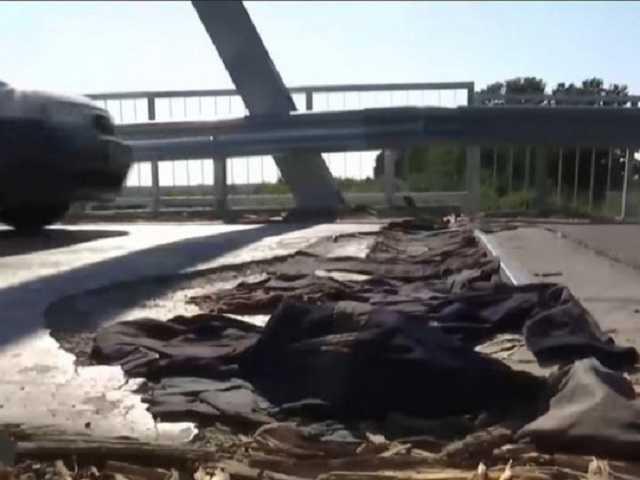 Отремонтированный за 13 миллионов мост на Ровенщине залатали старыми штанами и куртками