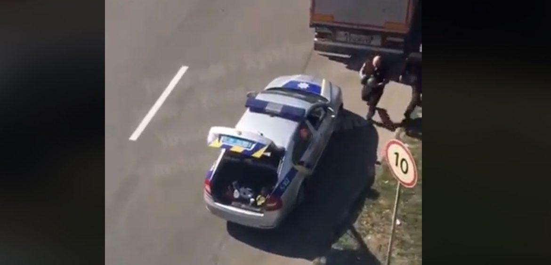 Насправді все було не так: поліцейські побачили, як з фури вилітають кавуни, а тому — позбирали їх та засунули знову у фуру