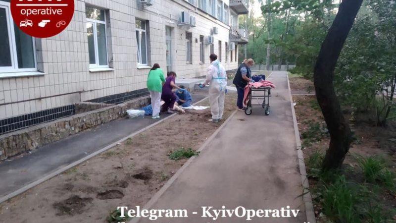 У Києві розбилися два чоловіки, вистрибнувши з вікна лікарні для хворих на COVID-19