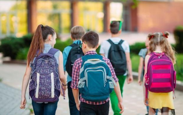 Батьки вибухнули від гніву: У шкільних підручниках знайшли приховану рекламу