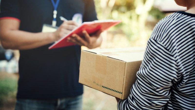 Украинцам массово приходят товары, которые они не заказывали: почему нельзя открывать посылки? (фото)