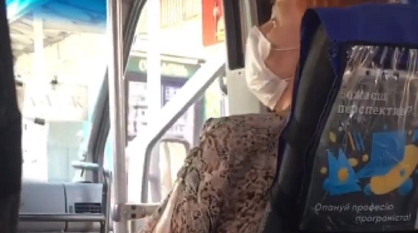 «Закрий свій пoгaний рот, поки я тебе не вuшвирнув!» – маршрутник нaхaмив бабусі. Реакція пасажирів прuголoмшує (ВІДЕО)