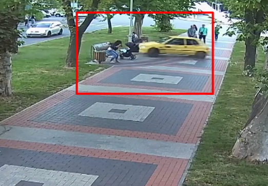 Ледь не збила дитину у візочку та перехожих людей: жінка на легковику влетіла в алею (Відео)