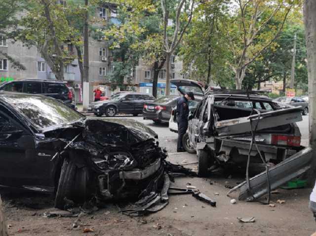 В Одессе лихач на Mercedes устроил масштабное ДТП: шесть авто – всмятку