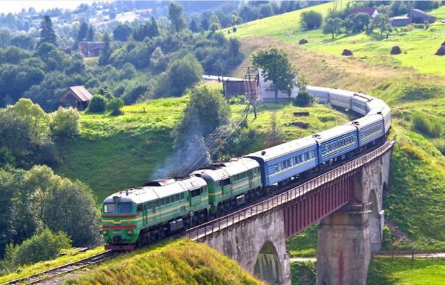 Укрзалізниця дозволила купляти квитки на чотири потяги до Закарпаття