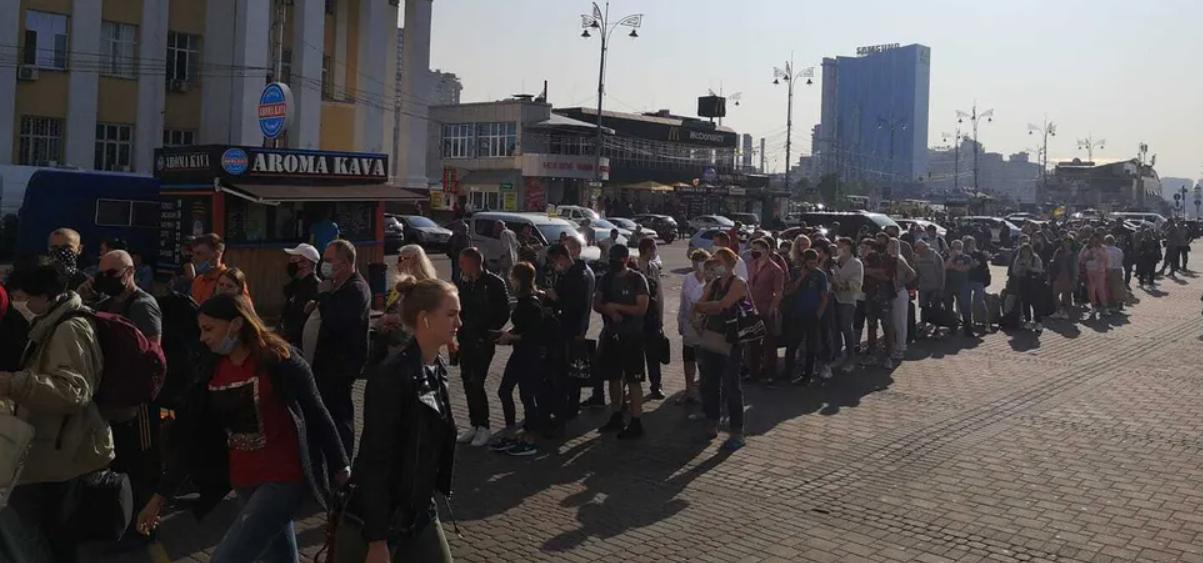 У Києві сотні людей «застрягли» у черзі в метро. Фото