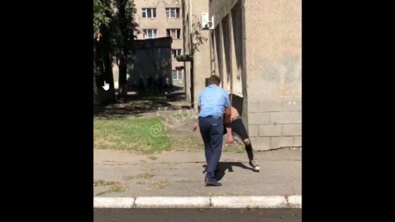 В Одесі малолітній неадекват напав на викладача, відео: «бив кулаками і стрибав»