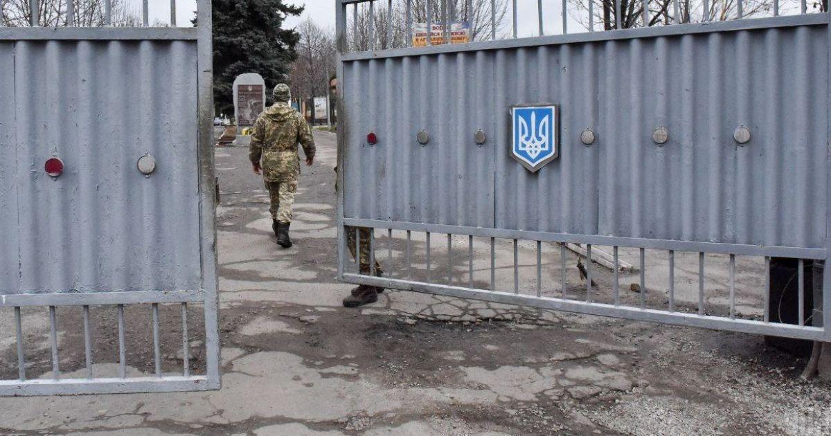 """""""Вдарив ногою у груди"""": у військовій частині під Києвом солдати повідомили про гибель товариша по службі"""