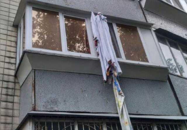 Пьяный мужчина разбился  при спуске от собутыльника на веревке из простыней