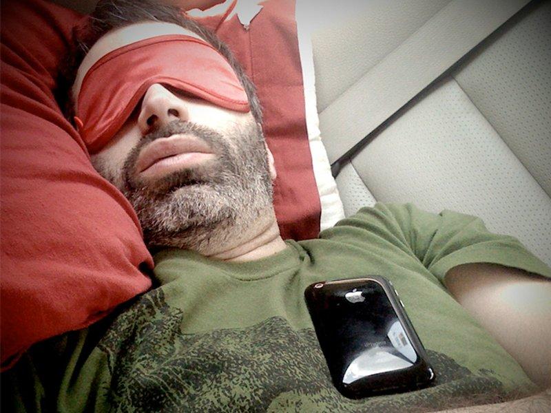 Вредно ли спать рядом с мобильным телефоном?