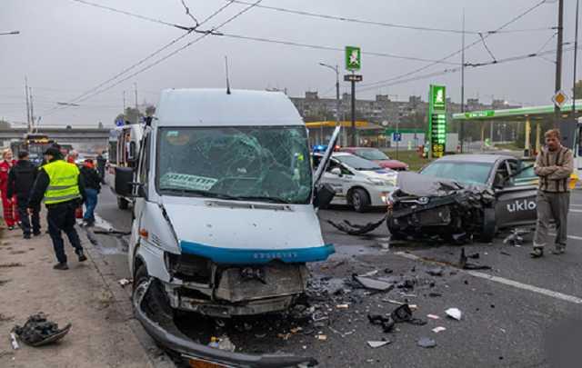 В Днепре заснувший водитель такси устроил ДТП