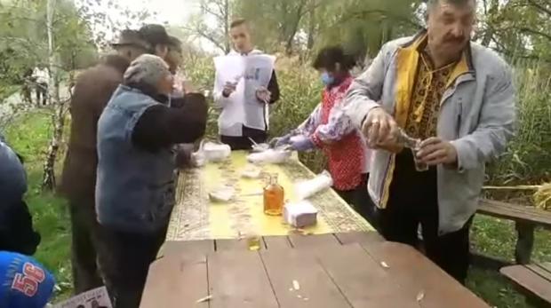 На Черкащині кандидат у депутати пригощав виборців горілкою і дарував ковбасу: відео