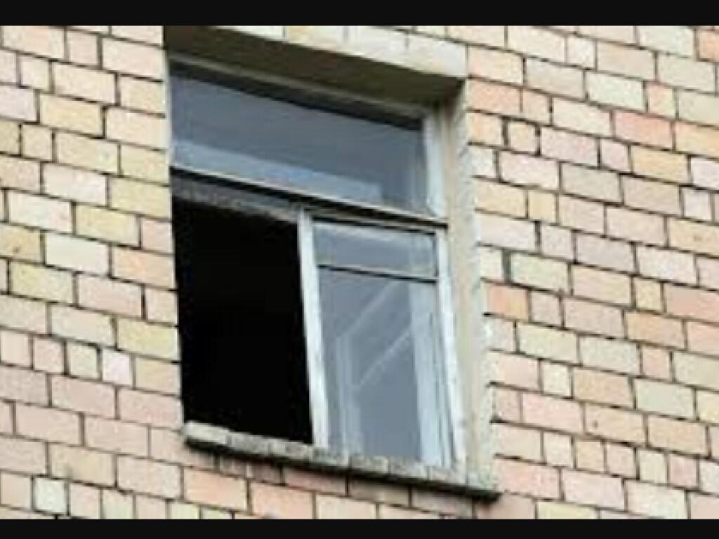 В Херсоне женщина выпрыгнула из окна общежития: не выдержала боли
