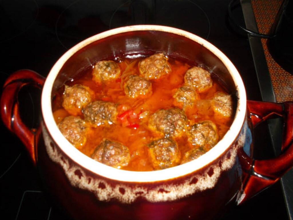 «Готовим с удовольствием»: овощное рагу с фрикадельками в горшочке