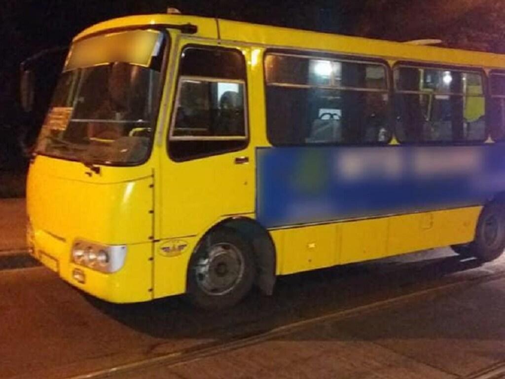 В Одессе парень разгромил маршрутку: есть пострадавшие (ВИДЕО)