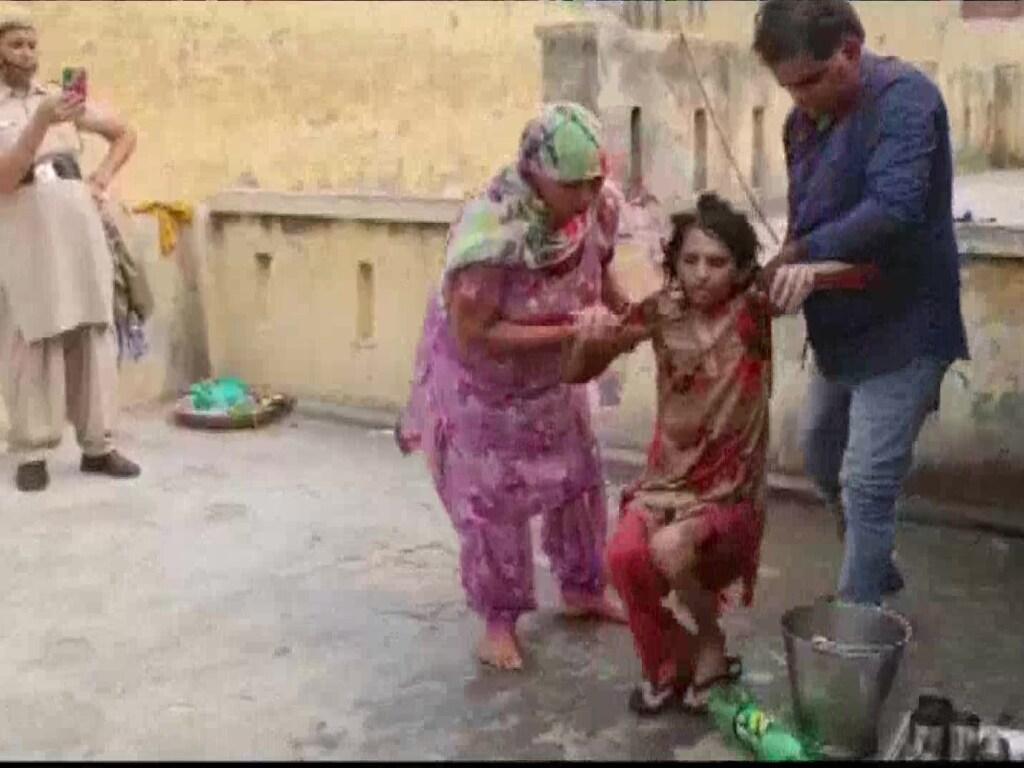 Индиец запер жену в туалете на полтора года: истощенная женщина не могла ходить (ФОТО)