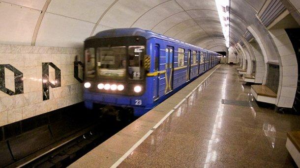 Как девушки-полицейские в столичном метро службу несли (фото)