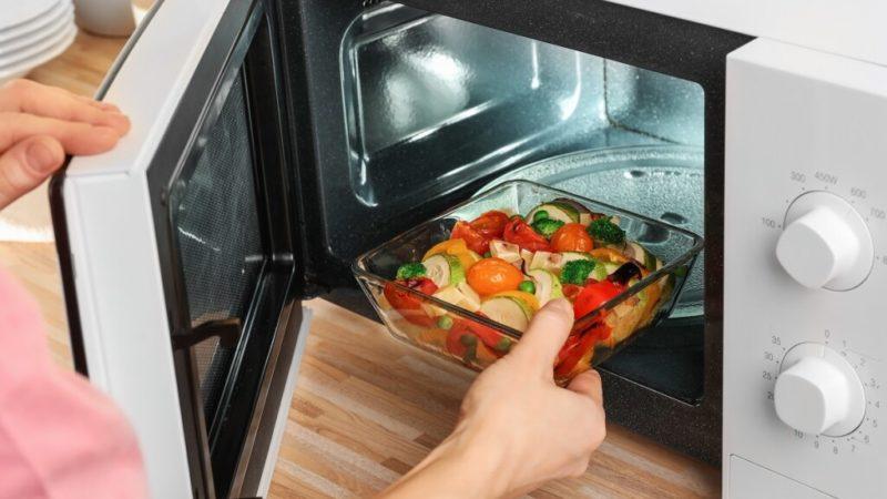 Эксперты рассказали, какие блюда нельзя греть в микроволновке