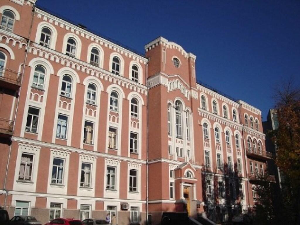 Из окна Александровской больницы выбросилась женщина, больная COVID-19