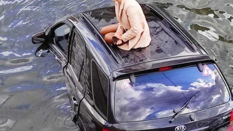 В Харькове машина загадочно упала в реку (ФОТО, ВИДЕО)