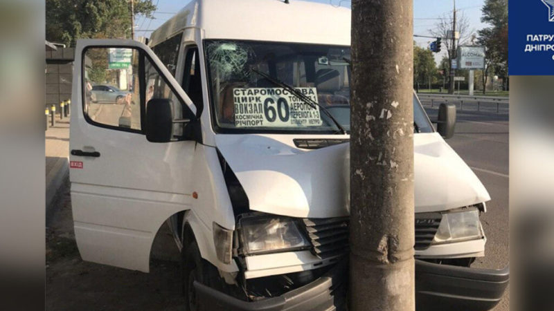 В Днепре водителю Mercedes Sprinter стало плохо за рулем: маршрутка с пассажирами врезалась в столб