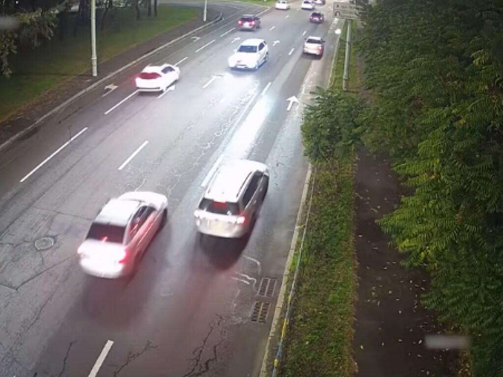 В Киеве пьяная женщина с ребенком экстремально водила авто: выезжала на «встречку» (ВИДЕО)