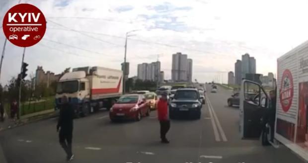 Питання вирішили «по-чоловічому»: У Києві водій і пішохід не поділили дорогу (відео)