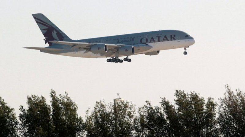 У Катарі в літаку знайшли мертве немовля. Авіакомпанія зняла з рейсу жінок і без їхньої згоди оглянула, шукаючи матір