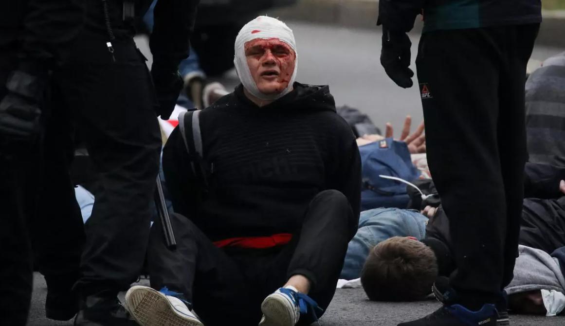 «Марш гордости»: десятки тысяч на улицах Минска, против них — гранаты, газ, водометы
