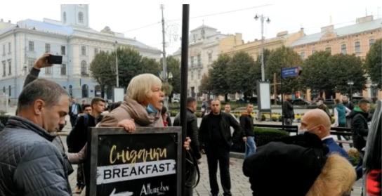 «Брехуни, здохніть»: У Чернівцях жінка розповіла навздогін Зеленському про «безкоштовне» лікування Covid-19 (відео)