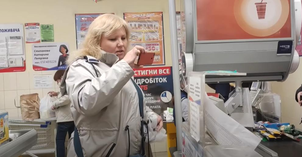 Мешканка Маріуполя влаштувала скандал у супермаркеті через маску: інцидент потрапив на відео