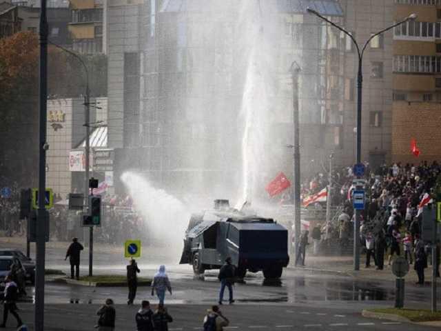 Водомет силовиков «сошел с ума» на протестах в Минске (видео)