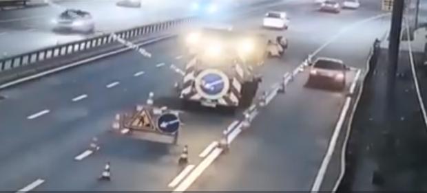 Робітники дивом врятувалися: На столичному мосту фура влетіла у бригаду дорожників (відео)
