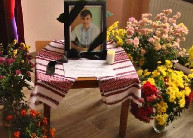 """""""Мріяв, як батько, стати пілотом"""": на Хмельниччині оплакують 19-річного земляка, який загинув у катастрофі під Харковом"""