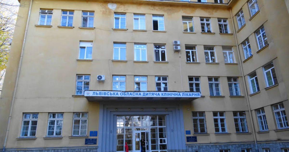 На Львівщині 11-річна дівчинка під час прогулянки проковтнула цвях