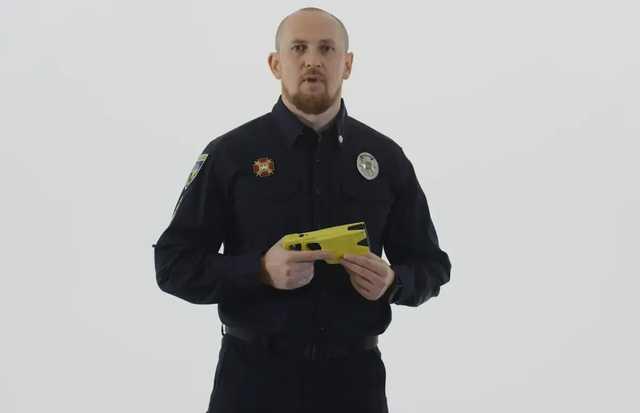 Начальник патрульной полиции испытал на себе новый электрошокер (видео)